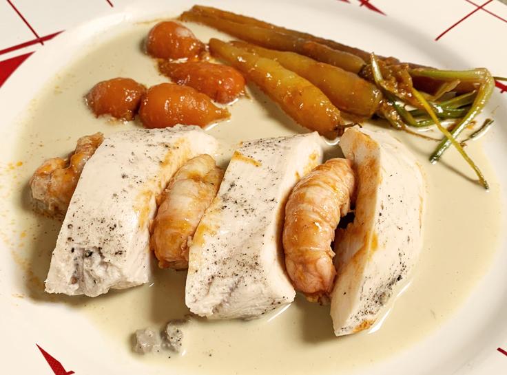 Volaille pochée, sauce foie gras, langoustines du restaurant Lamaccotte © Michelin