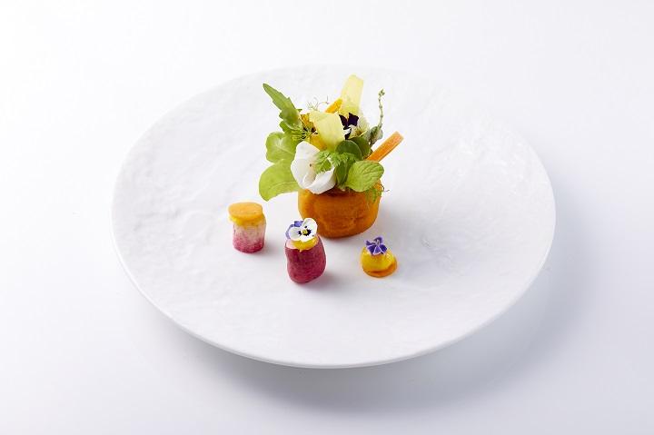 台中一星餐廳鹽之華冬季蔬食菜單裡的「柿餅酪梨蔬菜花瓶」。(圖片:鹽之華提供)