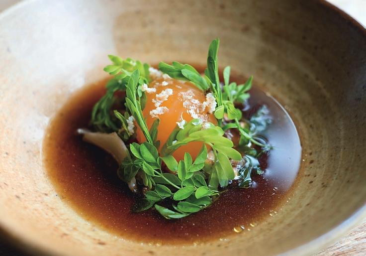 ไข่แดง เมนูเด็ดของร้านพรุที่ตั้งอยู่ในโรงแรมหรูในจังหวัดภูเก็ต (© Pru)
