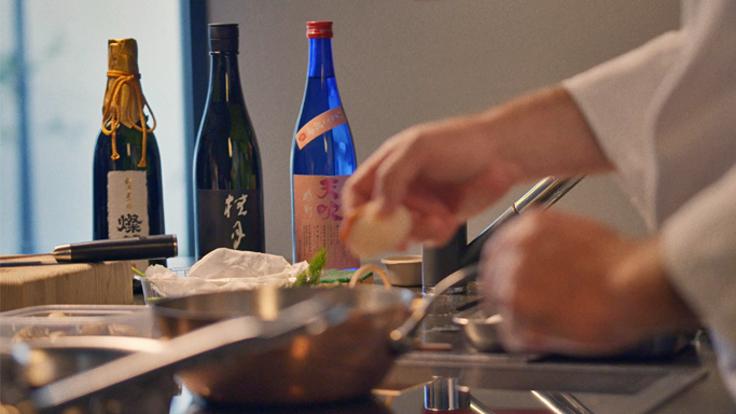 Christopher Coutanceau a pris l'habitude d'utiliser le saké en accompagnement de ses plats ©MICHELIN