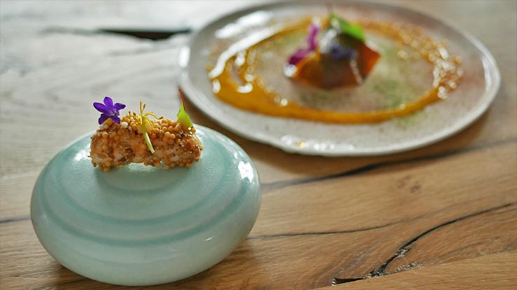 Langoustine en deux cuissons, condiment citron-géranium et popcorn d'algues. ©C.Sirdey/MICHELIN