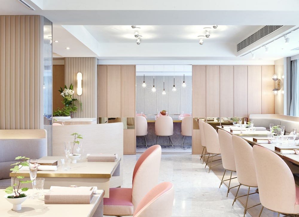 Two MICHELIN-starred Tate Dining Room features innovative modern Chinese cuisine with a French flair.