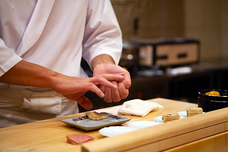 A Japanese chef making sushi. (© iStock)