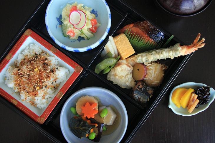 อาหารสไตล์ข้าวกล่องญี่ปุ่นพร้อมเสิร์ฟ (© Yamazato)