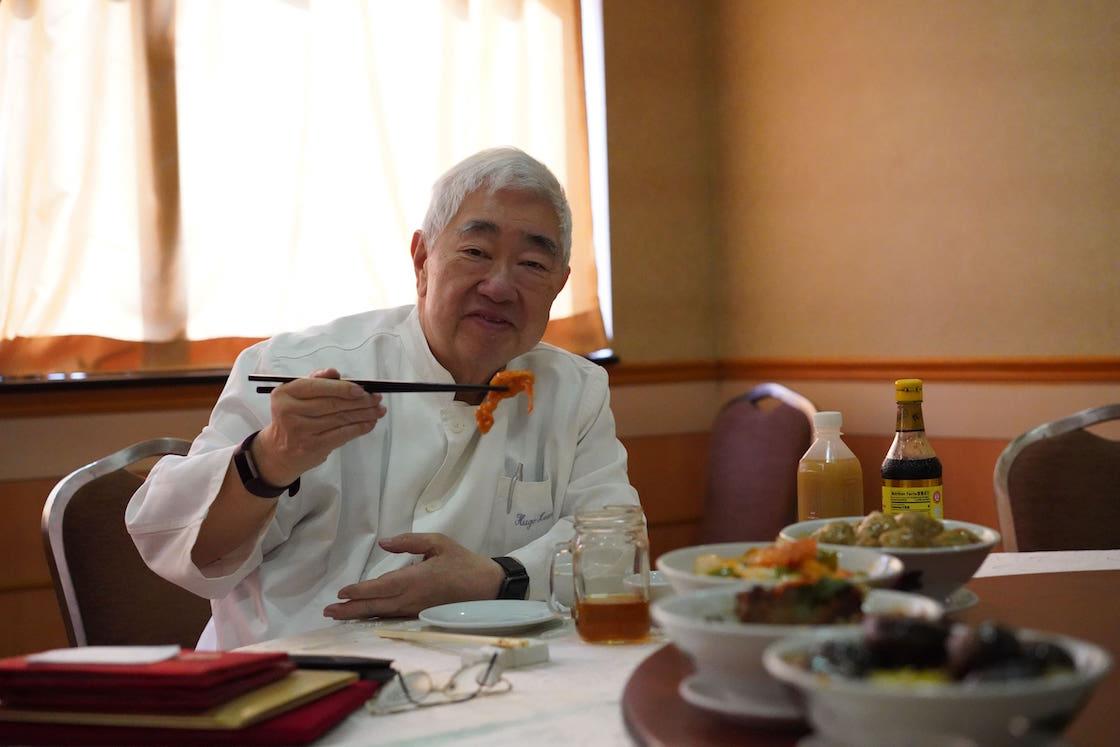 梁文韜正在享用咕嚕肉(圖片:Pearl Yan)