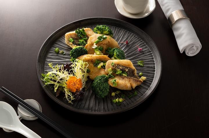 名人坊的煎封鲳鱼片。煎封鱼片与煎封全鱼技巧相同,差别仅在碟底汁。因为鱼片跟全鱼对碟底汁的需求不同,全鱼保留少少的碟底汁,鱼片则完全没有碟底汁。