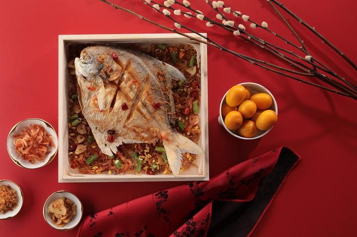 """今年农历新年台湾一星餐馆山海楼推出 """"祈福拜拜礼"""" 中的香酥白鲳。"""