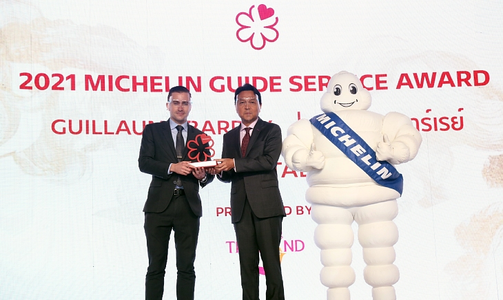 Guillaume Barray with Tanes Petsuwan, Deputy Governor for Marketing Communications of Tourism Authority of Thailand. (© MICHELIN Guide Thailand)