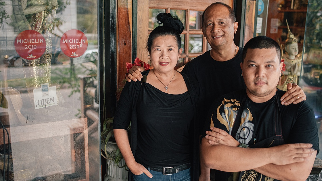 The Rueangrong family of MICHELIN Plate Sripol Seafood House. (© Anuwat Senivansa Na Ayudhya / MICHELIN Guide Thailand)