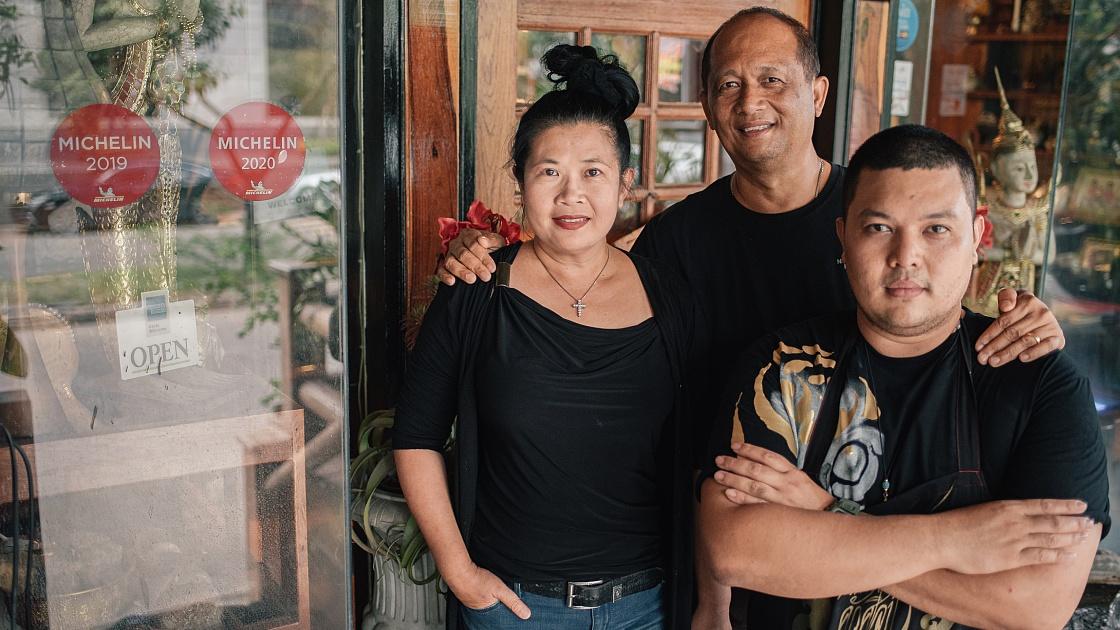 คุณแหม่ม-ณัฐชนก, เชฟโจ-ณัฐวัตร์ และลูกชาย เชฟโทนี-จักรพันธุ์ เรืองรอง (© อนุวัฒ เสนีวงศ์ ณ อยุธยา / MICHELIN Guide Thailand)