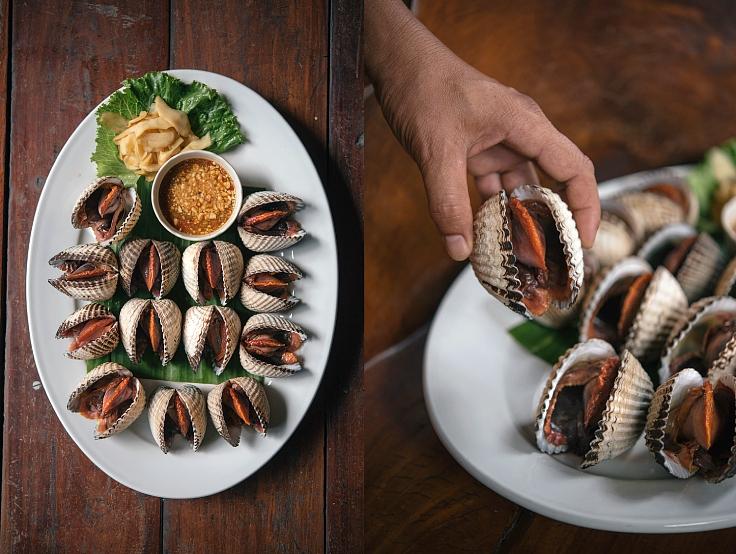 หอยแครงไซซ์ยักษ์พร้อมน้ำจิ้มซีฟู้ดรสจัดจ้านที่ผู้ตรวจสอบของมิชลินแนะนำ (© อนุวัฒ เสนีวงศ์ ณ อยุธยา / MICHELIN Guide Thailand)