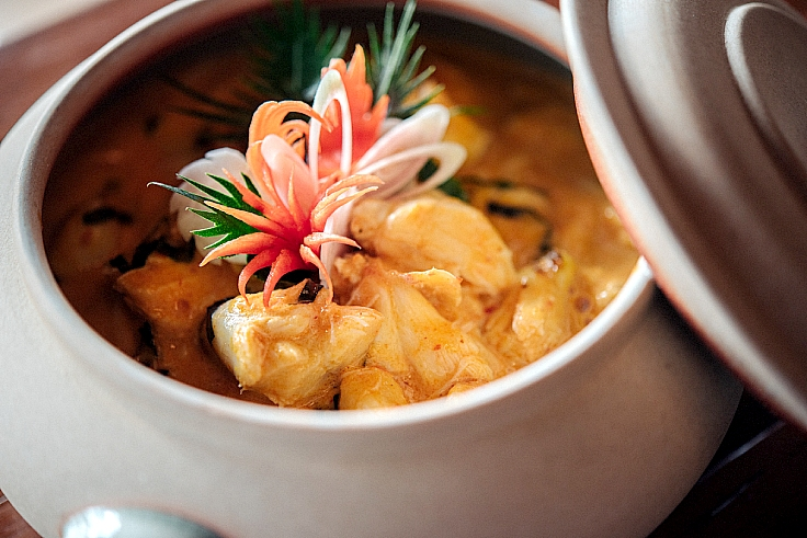 Gaeng pu bai chaplu: the chef selects only jumbo-sized lump crabmeat to cook in an aromatic curry infused with coconut milk and homemade curry paste. (© Anuwat Senivansa Na Ayudhya / MICHELIN Guide Thailand)