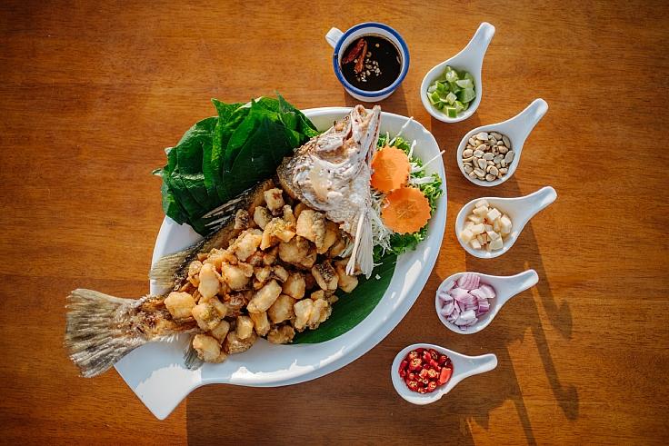 เมี่ยงปลากะพงทอด จานเด็ดที่หลายครอบครัวโปรดปราน (© อนุวัฒ เสนีวงศ์ ณ อยุธยา / MICHELIN Guide Thailand)