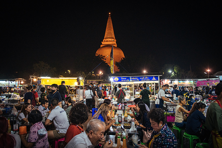 The buzzing hours at the night market overlooking the famous Phra Pathom Chedi. (© Anuwat Senivansa Na Ayudhya / MICHELIN Guide Thailand)