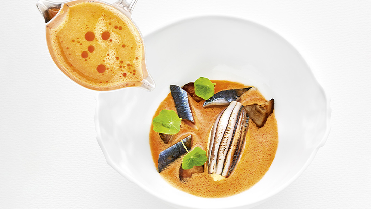 Maquereau, trio de poissons bleus et bouillon de tomates « songe d'une nuit d'été ». ©Richard Haughton