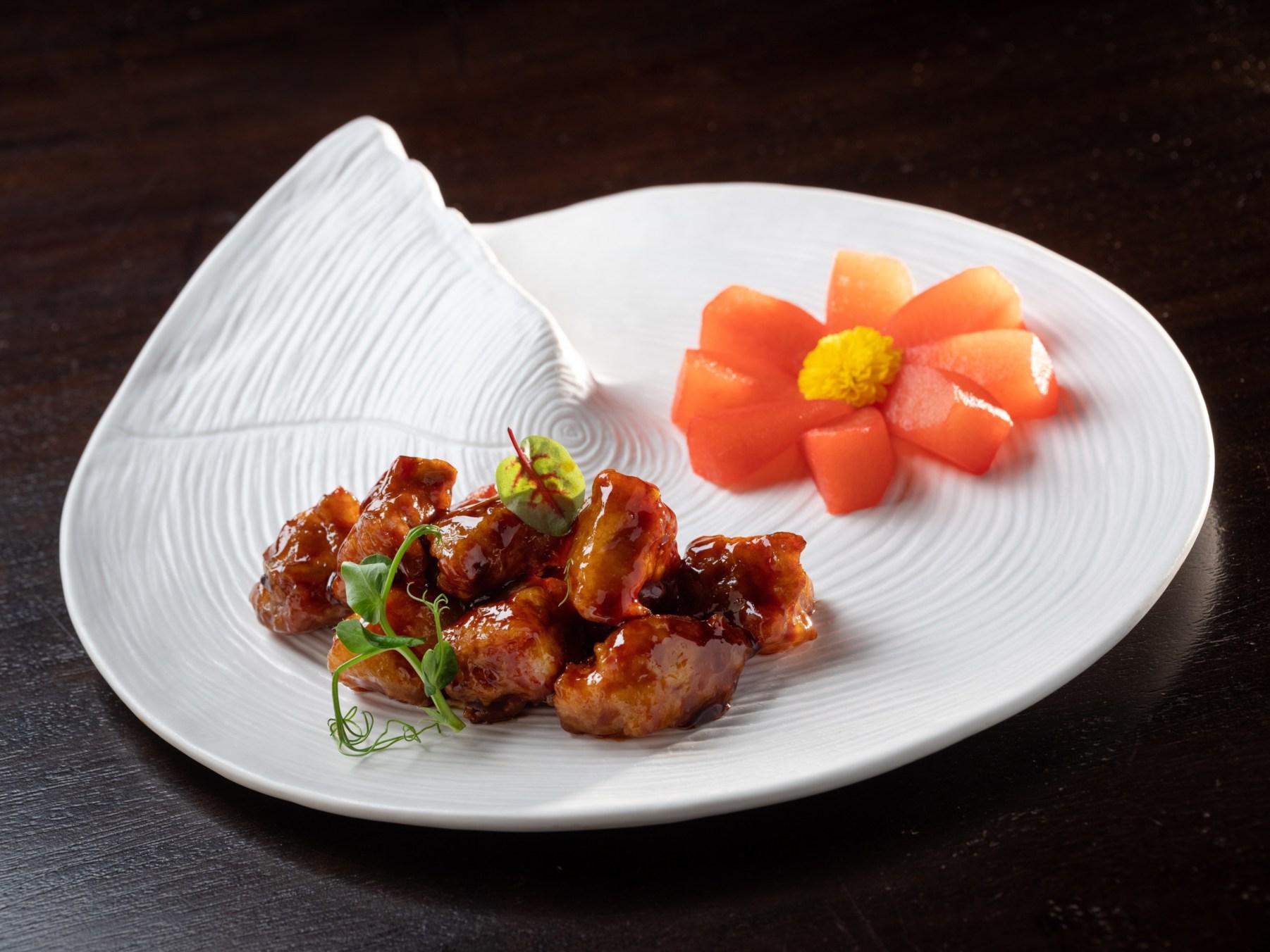 雅閣新任主廚張國邦的「梨香黑醋排骨」,發想與取材自上海鎮江醋以及粵菜咕咾肉,但又更加注重味道的平衡與層次。