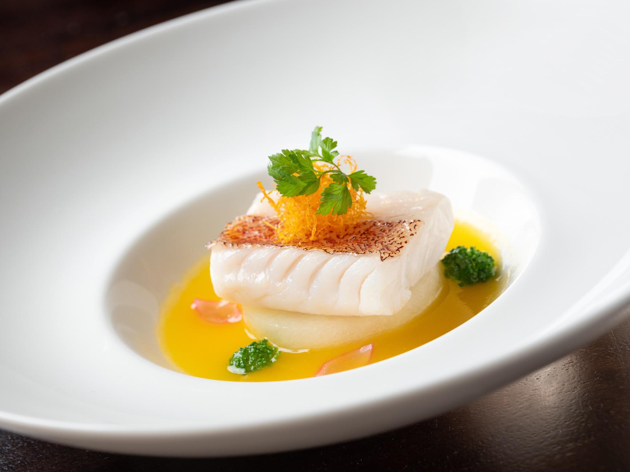 雅閣新任大廚張國邦的招牌菜色「黃湯白玉星斑柳」,充分顯現他注重細節、以及菜色簡約細緻的料理特色。