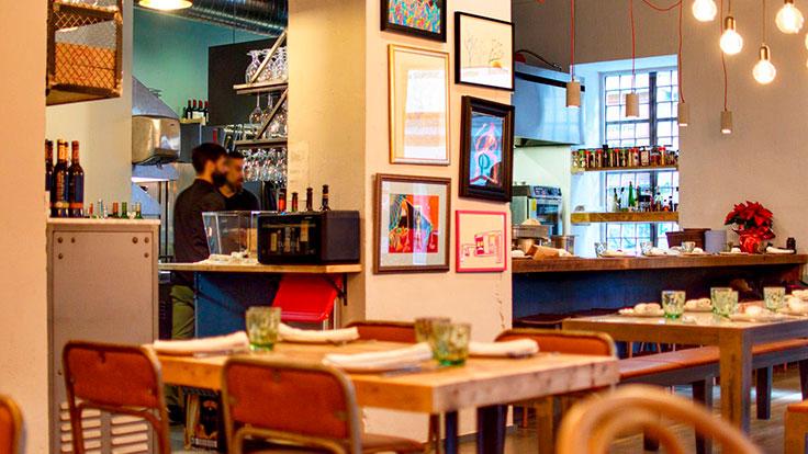 Comedor de Open, con la cocina abierta a la sala. © Salva González/Open