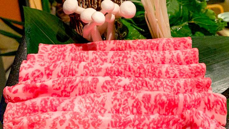 Carne de wagyu en finas rodajas, el producto estrella del Sukiyaki Set. © Shinatora Ya/Shinatora Ya
