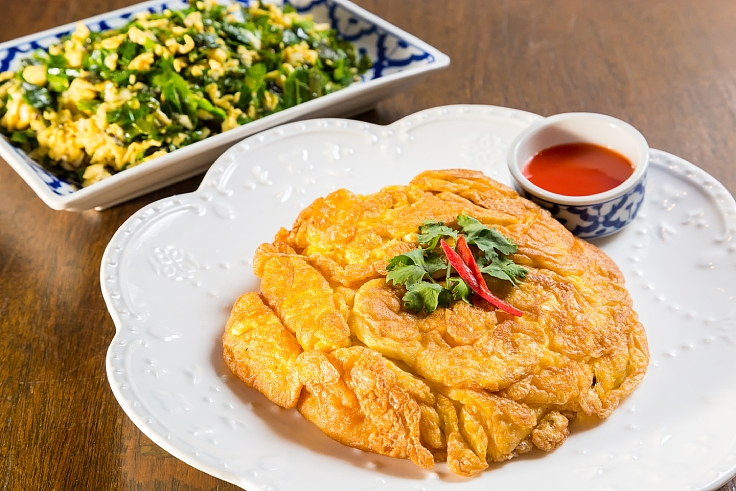 Khai jiaw with stir-fried vegetable. (© Shutterstock)