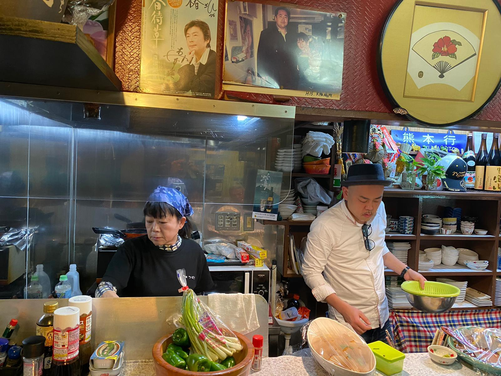 Ryota Kanesawa and his mother cooking at her kushikatsu restaurant (Photo: Ryota Kanesawa)