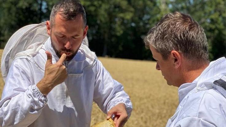 Le chef David Gallienne et l'apiculteur Patrick Chollet en plein testing © Marie Gallienne Vercruysse