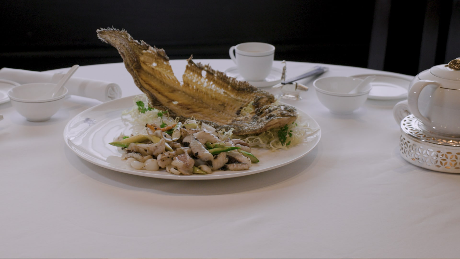 「嘉麟樓」的「蛋白花雕蟹鉗」用上肉質結實的菲律賓蟹,和蛋白一起蒸,加上花雕芡,味道清新美味。