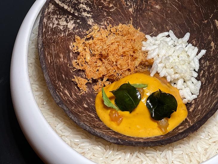 ห่อหมก ไข่ฟู ยำคะน้าหมูสับ และข้าวพอง ไฟน์ไดนิ่งข้าวแกงจากร้าน Wana Yook (© พฤภัทร ทรงเที่ยง)