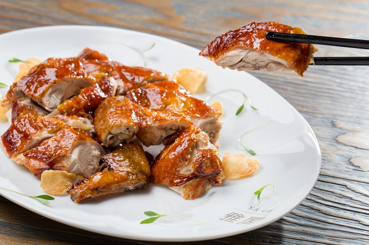 雅閣最受歡迎的菜色之一:脆皮雞,現在也可供外帶。(圖片:雅閣提供)