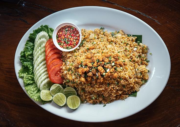 ข้าวผัดปลาเค็มที่ผัดจนข้าวขึ้นสีทองและหอมอร่อยไม่เหมือนใครของบ้านเรือศรีพลฯ  (© อนุวัฒ เสนีวงศ์ ณ อยุธยา / MICHELIN Guide Thailand)