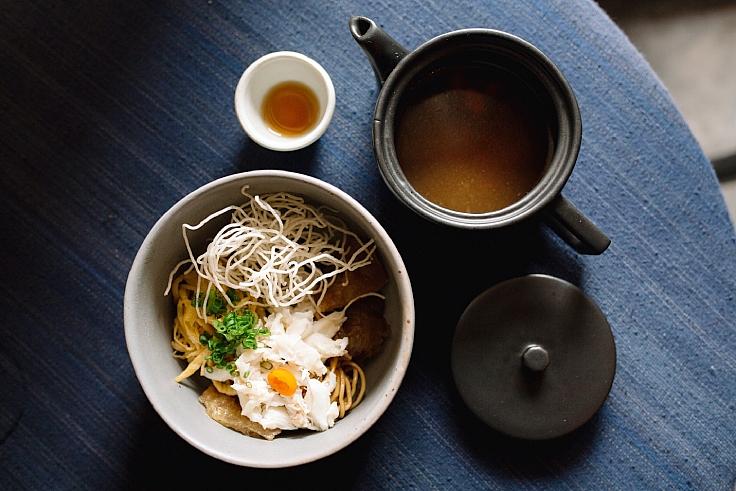 ที่ร้าน Blackitch Artisan Kitchen มีอาหารพร้อมส่งตรงถึงบ้านอย่างชิโอะราเม็งด้วย (© จิรวัฒน์ วีระกุล / MICHELIN Guide Thailand)