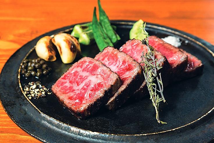 เนื้อพร้อมลายไขมันอย่างดีพร้อมเสิร์ฟถึงบ้าน (© Gen)