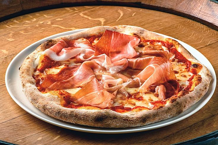 รับพิซซ่าตำรับอิตาเลียนแท้ ๆ สักถาดไหม? (© Nonna Nella by Lenzi)