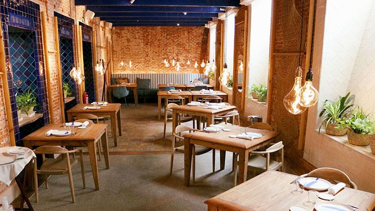 Uno de los cálidos comedores. © Restaurante Cadaqués Madrid/Cadaqués