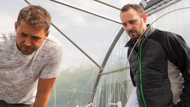 Silence, ça pousse ! Le chef Julien Médard et le maraîcher Benjamin Henne scrutent leurs semis © G. Rouzeau / Michelin
