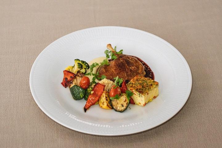 Chou Chou 推出的外帶法式餐盒:油封鴨腿、馬鈴薯泥、爐烤時蔬、醋漬蕃茄、烘蛋和紅酒芥末醬。(圖片:Chou Chou 提供)