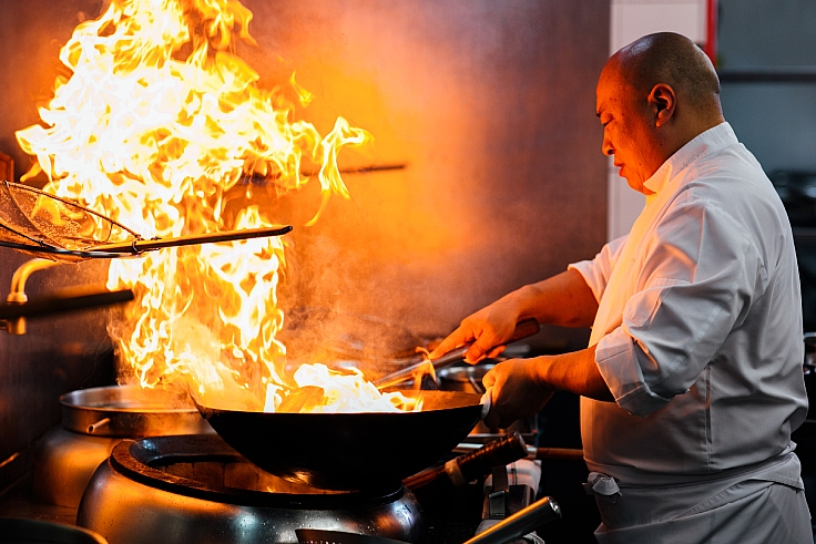 Chef Matthew Geng and his wok technique. (© Nan Bei)