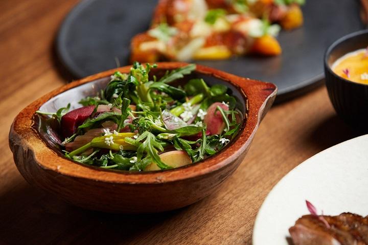 MUME 外帶餐點中的「季節蔬菜/百香果/康普茶」溫沙拉。