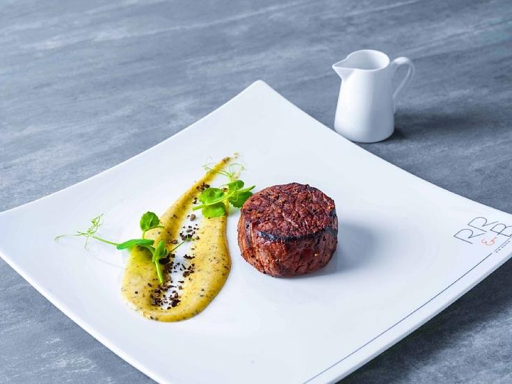 เพราะอยู่บนชั้น 31 ของโรงแรมแลนด์มาร์ค กรุงเทพฯ ทำให้ห้องอาหารริบรูม แอนด์ บาร์ เป็นเสมือนแลนด์มาร์กไปด้วยโดยปริยาย ห้องอาหารแห่งนี้เป็นจุดหมายของผู้ที่ชื่นชอบสเต๊กมาตั้งแต่ปลายปี 2523 (© Rib Room & Bar)
