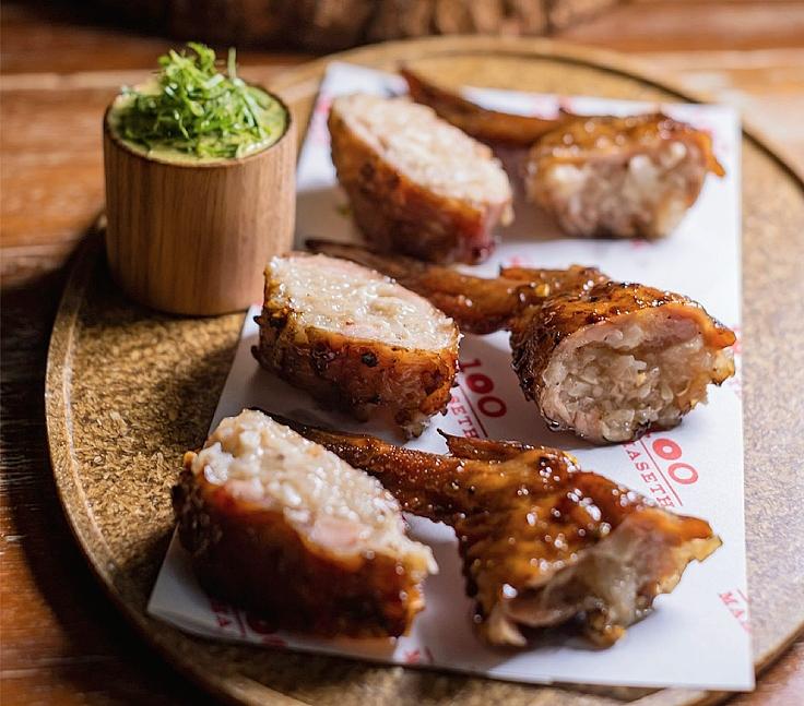 ไส้กรอกอีสาน อาหารยอดนิยมที่เกิดจากความพยายามถนอมอาหาร สู่ไส้กรอกอีสานในปีกไก่ของ 100 มหาเศรษฐ์ (© 100 Mahaseth)
