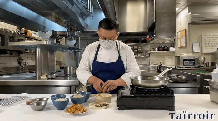 態芮主廚何順凱親自上陣錄教學影片,告訴客人如何應用外帶餐點的法式烤雞,做出一雞三吃。(圖片截自 Taïrroir À la maison 教學影片)