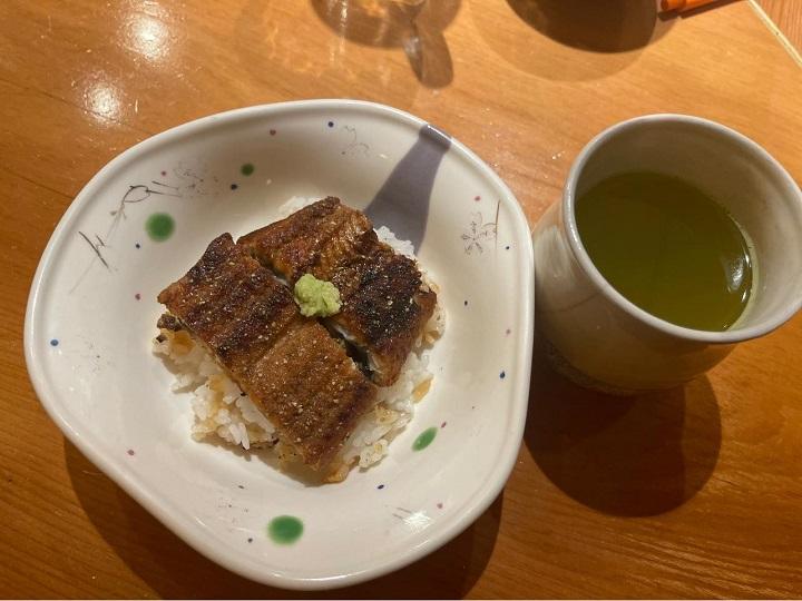 針對吃剩的鰻魚飯,許文杰也在臉書上建議消費者可以用便利商店的綠茶,做成茶泡飯。(圖片取自吉兆割烹壽司臉書)