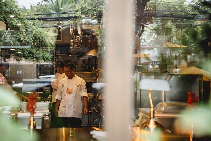 เชฟหนุ่ม-ธนินธร จันทรวรรณ แห่งร้าน Chim by Siam Wisdom ผู้ผันตัวมาช่วยปรุงอาหารเพื่อการกุศลในวันที่ต้องปิดร้าน (© MICHELIN Guide Thailand)