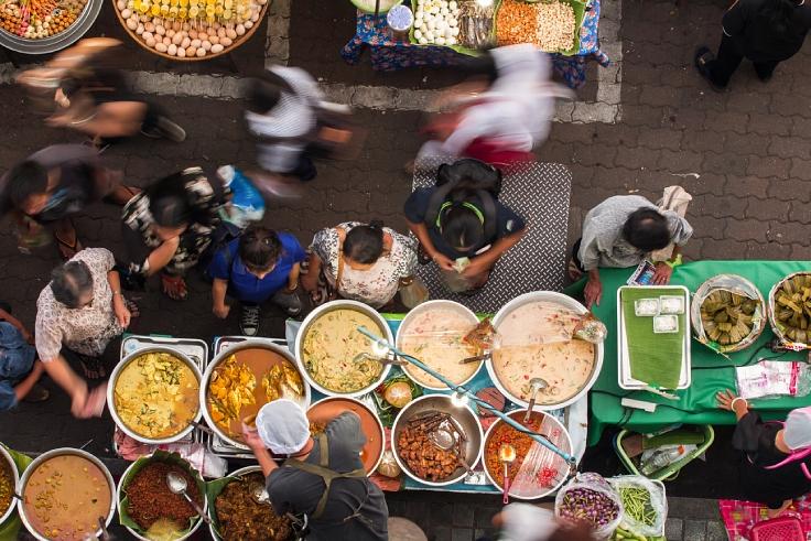 อาหารริมทางที่ขาดไม่ได้กับชีวิตประจำวันของชาวไทย (© Shutterstock)