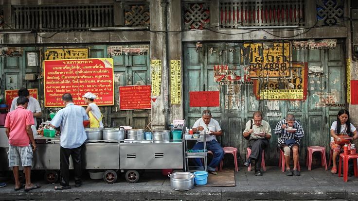 อาหารริมทางในย่านเยาวราชของกรุงเทพฯ (© anurakss/ Shutterstock)