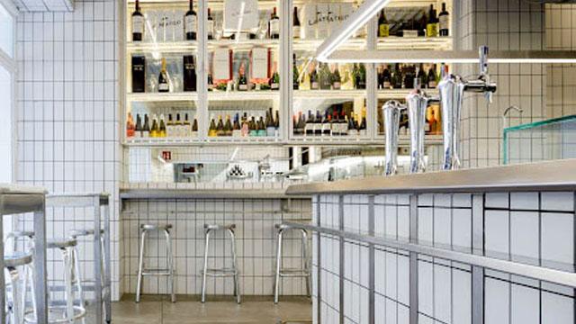 Estética interior, dominada por el azulejo blanco y el aluminio. © Empresa /La Barra de Cañabota