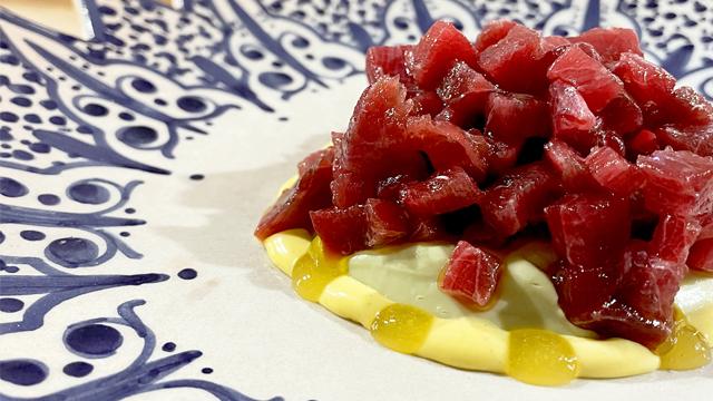 Tartare de atún rojo de almadraba, puré de aguacate, mayonesa de cúrcuma y puré de mango. © Ezequiel Montilla/Alma Ezequiel Montilla