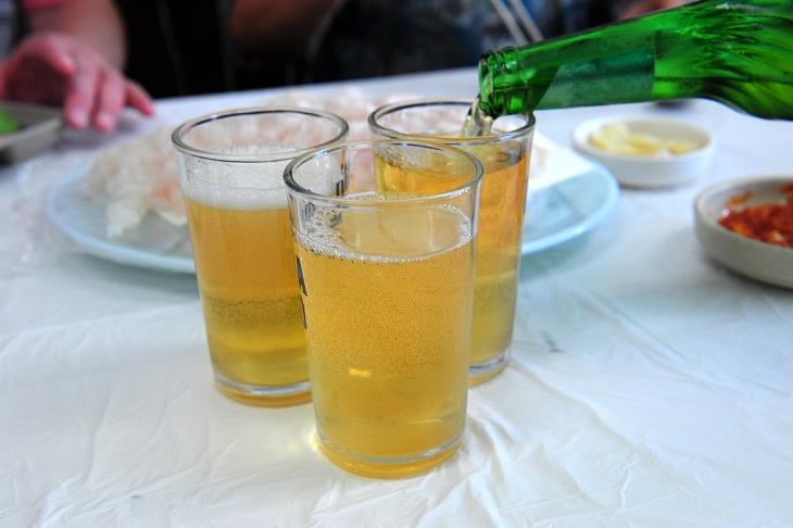 你嘗過以燒酒加啤酒製成的 somaek 了嗎?(相片:© Shutterstock)