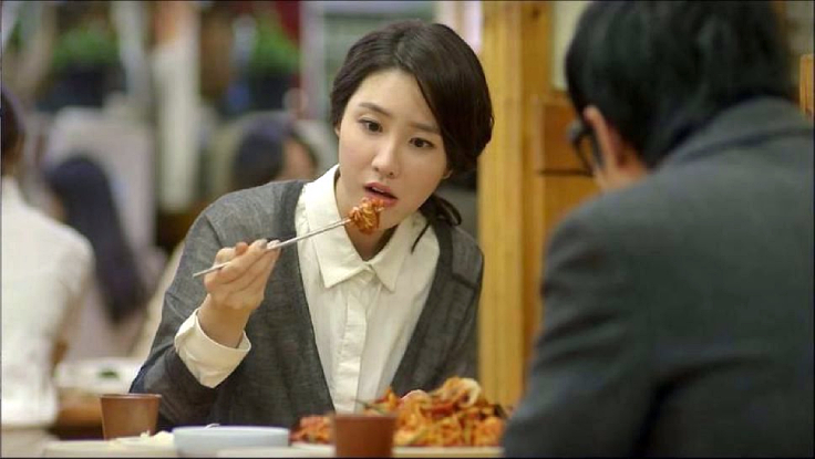 在韓劇《一起吃飯吧》中,李水京為了不要一個人上餐廳而答應約會。(相片:© Netflix)