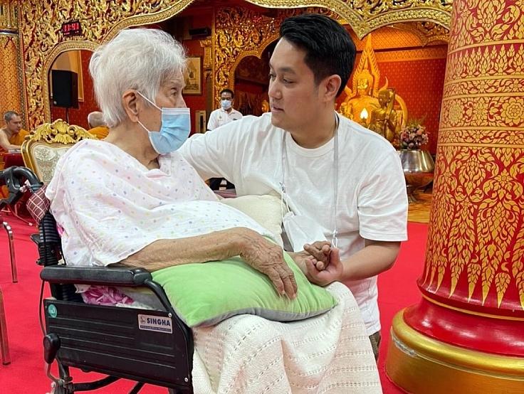 เชฟไอซ์กับคุณย่าที่เพิ่งฉลองอายุครบ 100 ปี (© Supaksorn Jongsiri)